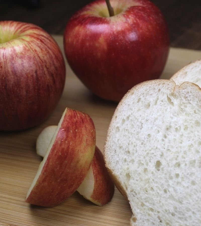 Apples and sliced bread for apple bread pudding recipe